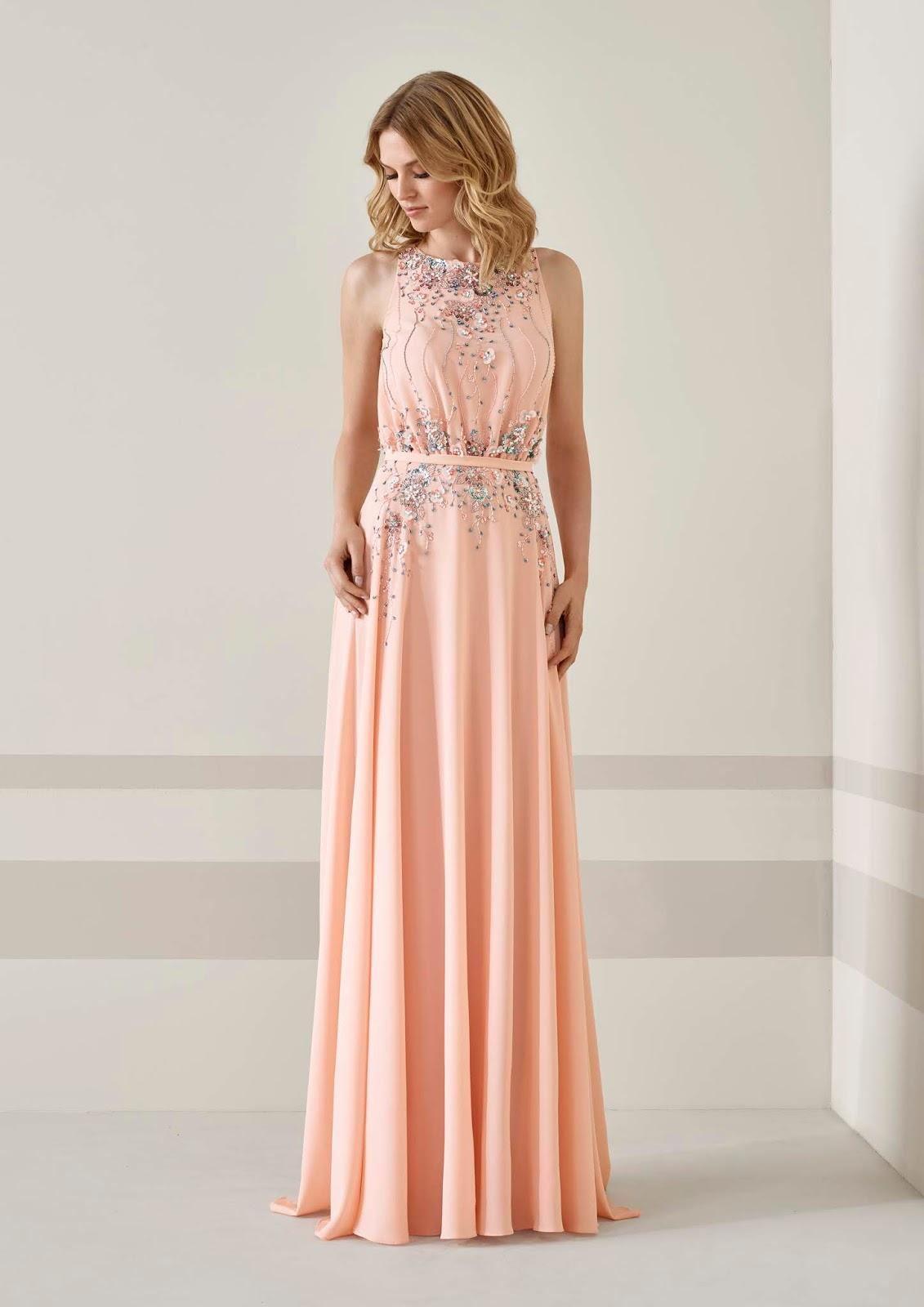 8cab6a338 La colección presenta una selección de vestidos de rosa empolvado con  opciones de diseños largos