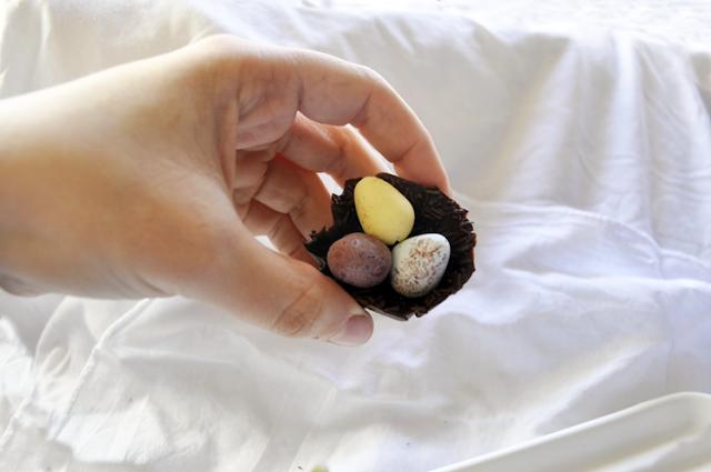 sujetando nido de chocolate con la mano