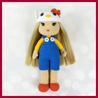 Muñequita con gorrito de Hello Kitty