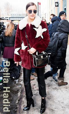 この日のベラ・ハディッド(Bella Hadid)は、黒のベイカーボーイキャップ、ヴェラウォン(Vera Wang)のサングラス、そして大きな星柄の入ったゲス(Guess)の赤いファージャケットにクロップドレザーパンツを組み合わせ、 ディオール(Dior)のクロスボディバッグとジュゼッペザノッティ(Giuseppe Zanotti)のパテントレザーブーティーを取り入れた、どこか懐かしいレトロシックなスタイルを見せた。