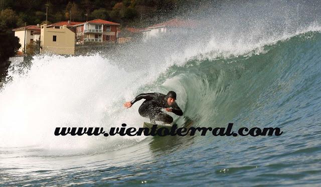 Fotos de surf de Mundaka sacadas desde el agua