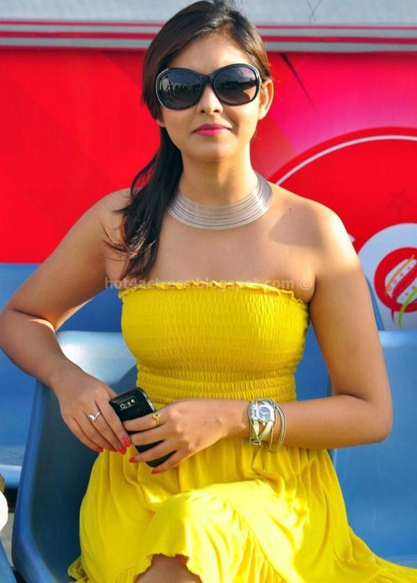 Madhu shalini hot photos in yellow dress