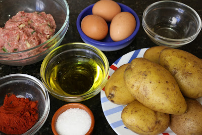 Ingredientes para fritada de patatas, carne adobada y huevo frito