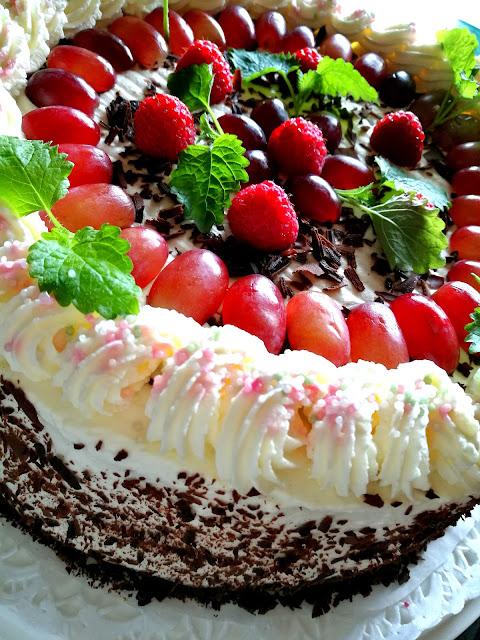 Saippuakuplia olohuoneessa- blogi, Kuva Hanna Poikkilehto, syntymäpäivä, kakku, kesäkuu,