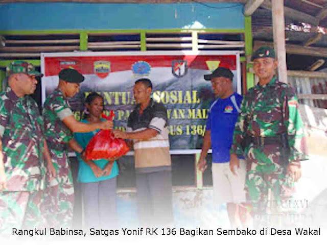 Rangkul Babinsa, Satgas Yonif RK 136 Bagikan Sembako di Desa Wakal
