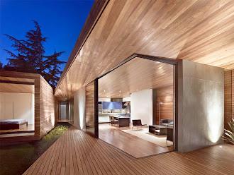 İçi, dışı, tavanı, tabanı ve saçakları lambri kaplanmış modern konteyner evin mutfak ve oturma odasının dışarıdan görünümü