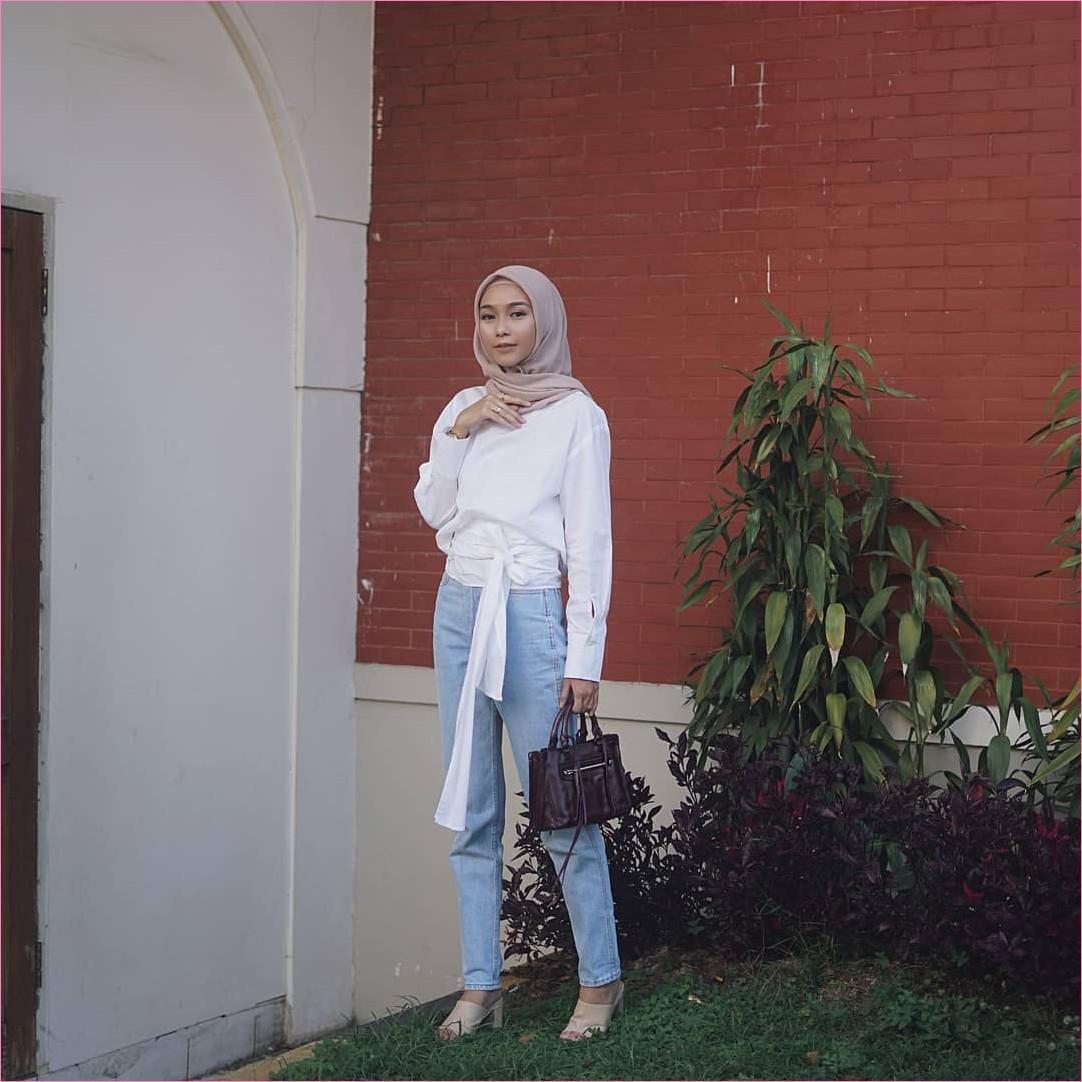 Outfit Kerudung Segiempat Ala Selebgram 2018 kerudung segiempat hijab square scarf polos baby pink baju top blouse putih celana jeans denim slingbags coklat tua cincin high heels ootd hijabers tanaman hijau tembok bata ciput