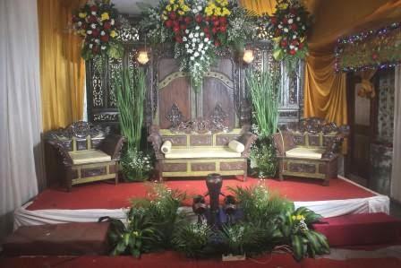 Menata halaman rumah menjadi aula pesta pernikahan