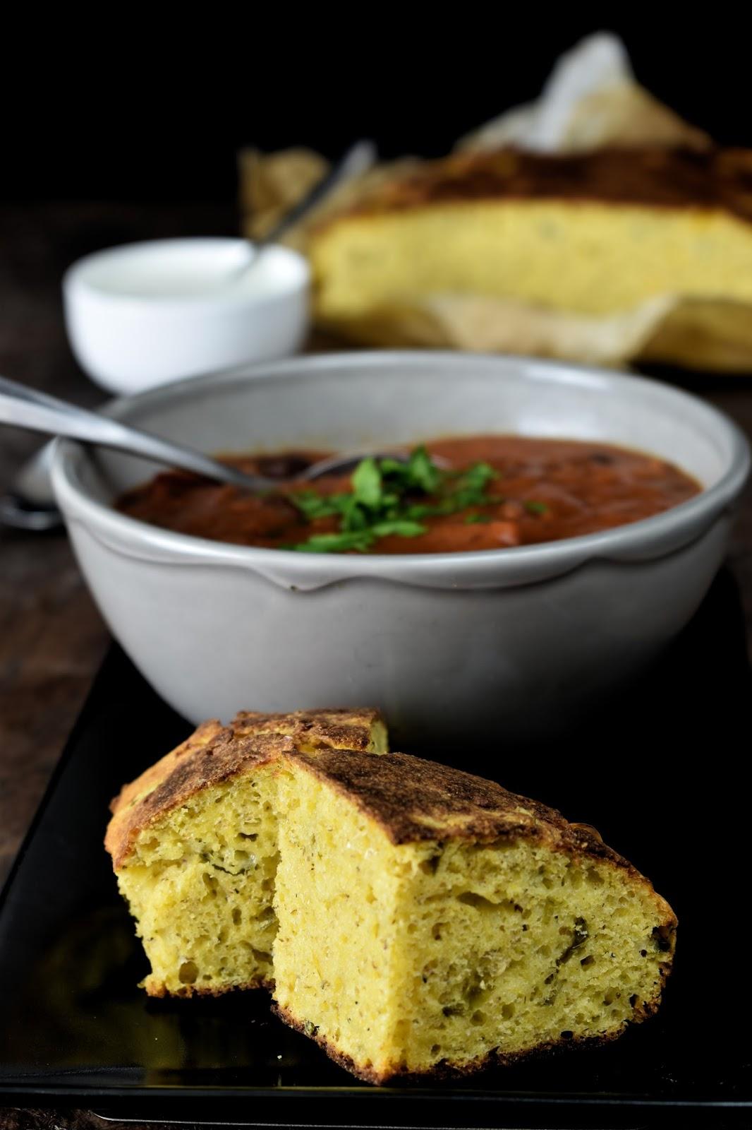 Zuppa piccante di fagioli con pane al mais
