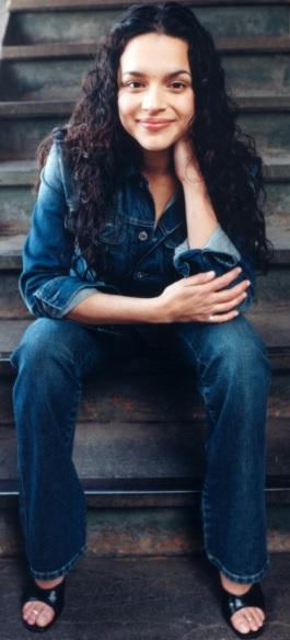 Foto de Norah Jones sentada en una escalera
