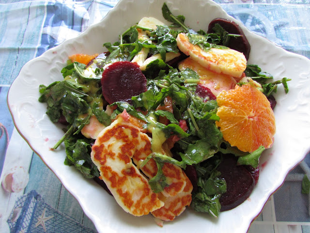 Sałata z rukoli z buraczkami, pomarańczą i serem Halloumi