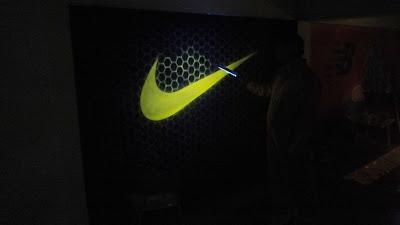 Malowanie obrazu na ścianie farbami uv, farby świecące w ciemności, Warszawa sklep adidasa