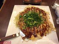 Okonomiyaki en Hiroshima, con noddles