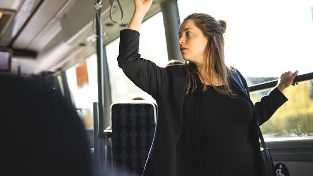 Un hombre impide sentarse en un bus a una embarazada de ocho meses y ella le da una lección