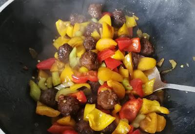 Zubereitung Rindfleischbällchen mit Paprika im Wok