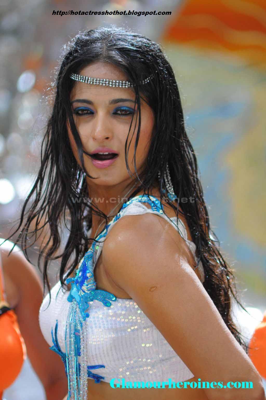 Anushka Hot Pics Exposeing Her Assets  Actress Biography -7890