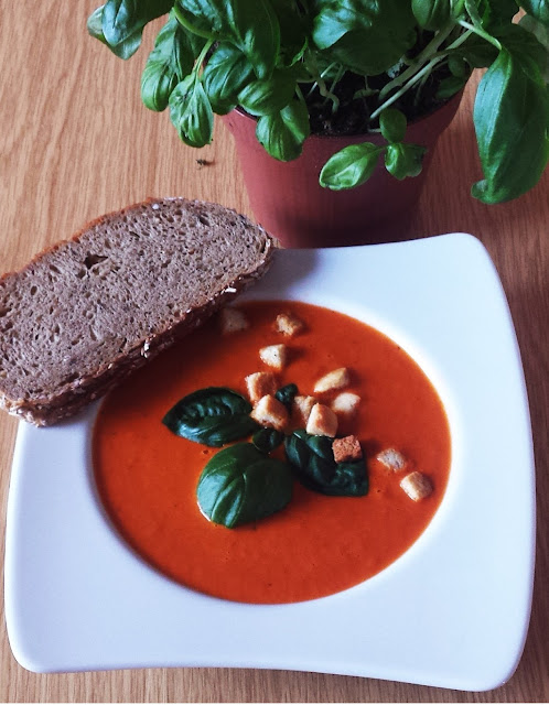 Tomatencremesuppe mit Croutons und frischem Basilikum