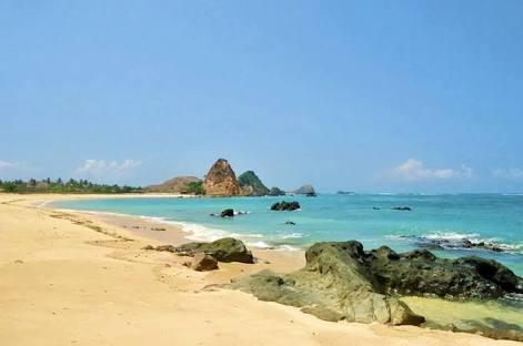 suasan alami pantai kuta lombok tetap terjaga dengan sedikitnya orang yang masih kesana