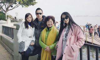 Foto Bersama Ayah, Ibu dan Neneknya