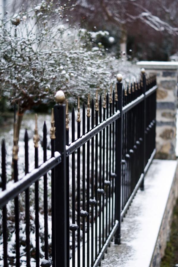 Blog + Fotografie by it's me! - Draussen - Frau Frieda sucht Schnee, verschneite Zaunelemente
