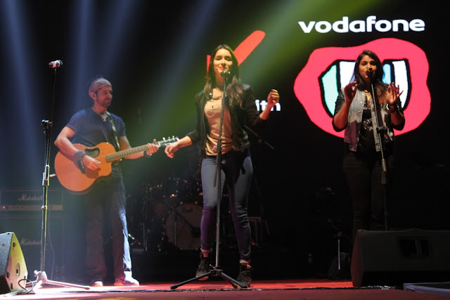 Photo Cap. Shraddha kapoor and Farhan Akhtar performing in Vodafone U Rock On 2  Concert at Ramjas College