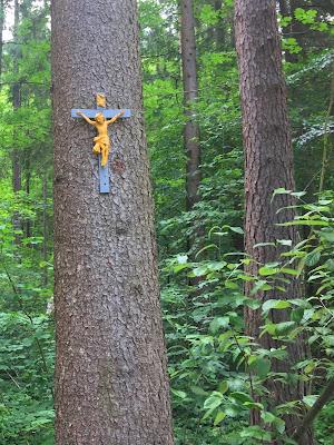 Holzkreuz an Fichte geschalgen im Wald