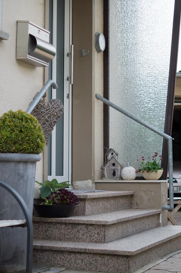 Blog + Fotografie by it's me! | fim.works | Haustürdekoration | Mai 2016 | Treppenstufen, Windschutz, Bellis im Topf, Vogelhaus
