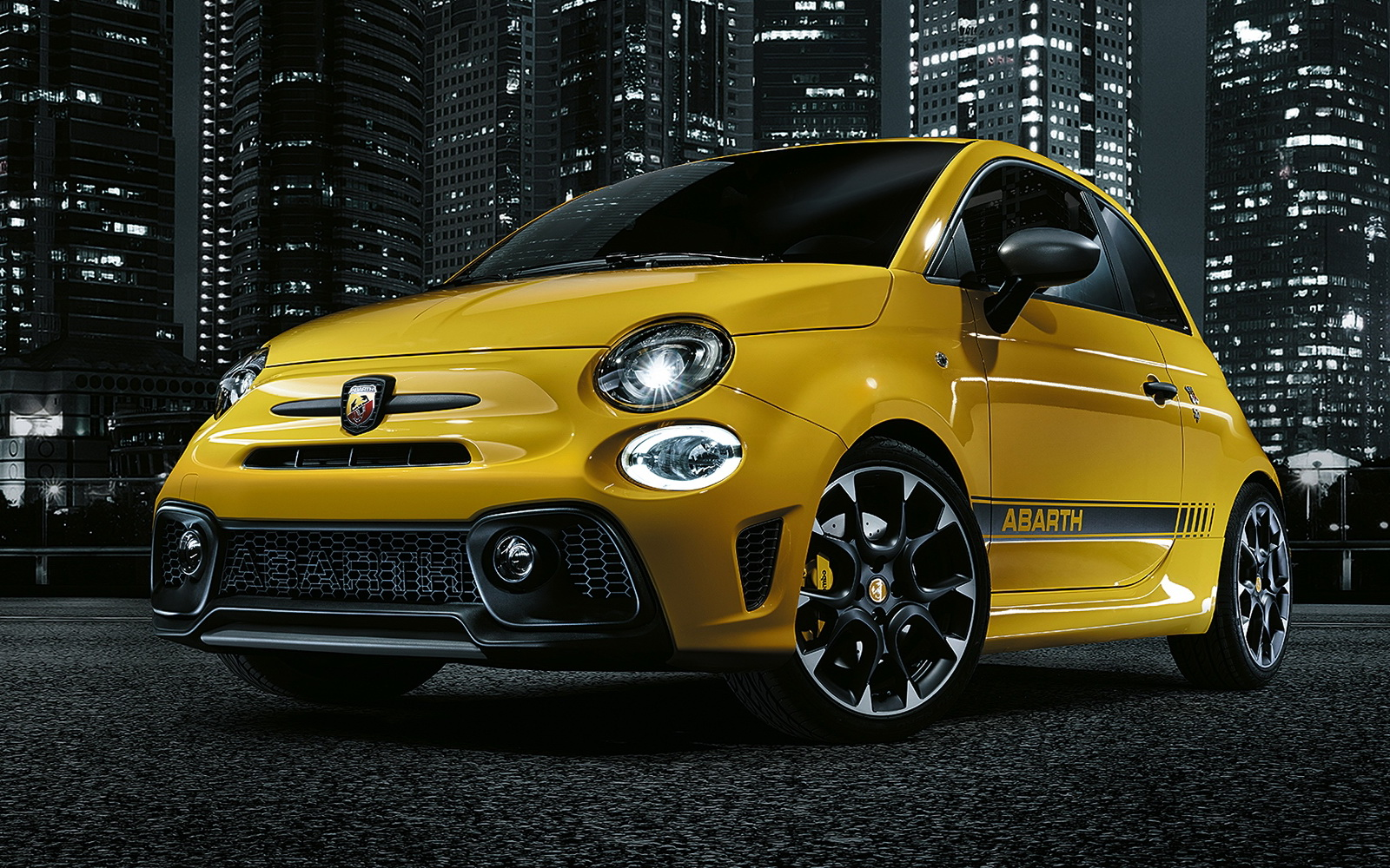updated abarth 595 revealed with a slight bump in power carscoops. Black Bedroom Furniture Sets. Home Design Ideas