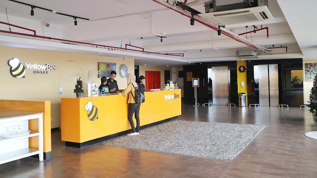 resepsionis yellow bee hotel tangerang