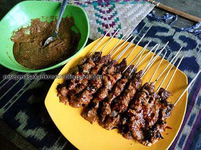 Cara menghidangkan sate kambing bakar empuk dan tidak busuk dengan bumbu kacang khas Madura Resep Sate Kambing Madura Bakar Empuk Bumbu Kacang