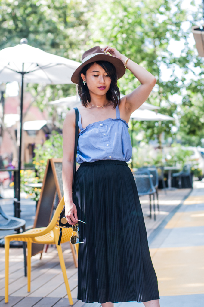 cute summer outfit with jcrew ruffle top and uniqlo pleated midi dress