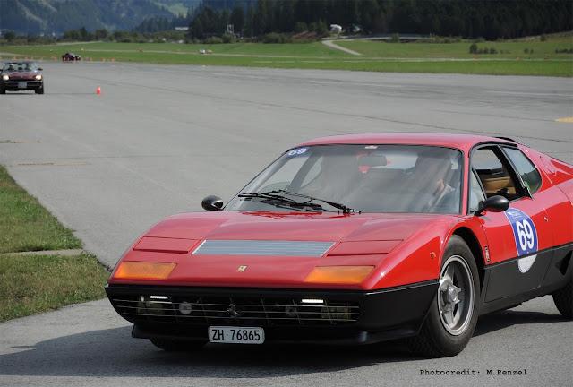 Ferrari 365 GT4 BB bei Fahrprüfung auf Flugplatz Samedan, Oldtimer Event Passione Engadina