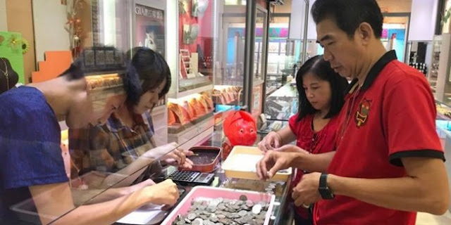Istrinya Minta Perhiasan, Pria Miskin ini Menabung Koin Selama 2 Tahun