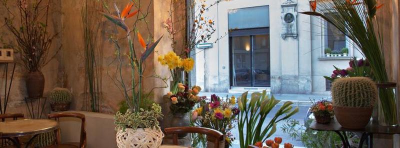 Arreglos florales y macetas en una cafeteria-restaurante