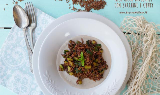 Riso rosso integrale con zucchine e curry su crema di cannellini