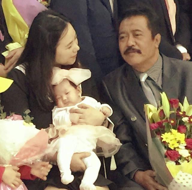 Foto Selfie Ketua DPRD Subang Bersama Wanita Korea Bikin Iri