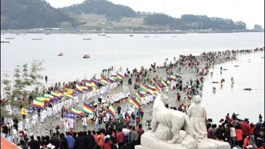 بالفيديو: معجزة غريبة تحدث في كوريا وهي انشقاق البحر ،لن تتخيل ما ستراه في الفيديو