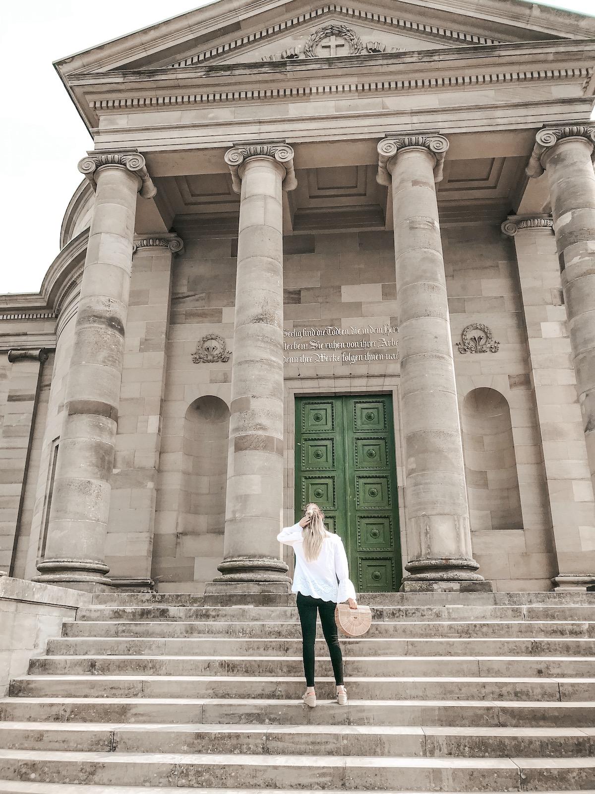 Stuttgart Sehenswürdigkeiten Grabkapelle auf dem Württemberg Fashionblog Outfit Offshoulder Bluse Cult Gaia Bambustasche Korbtasche