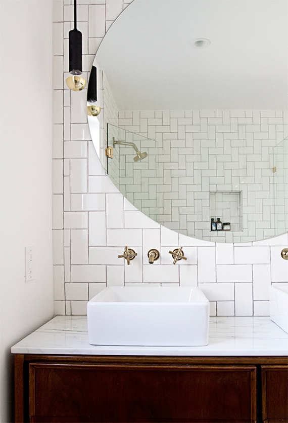 Round bathroom mirror | Image by Sarah Sherman Samuel via Smitten Studio