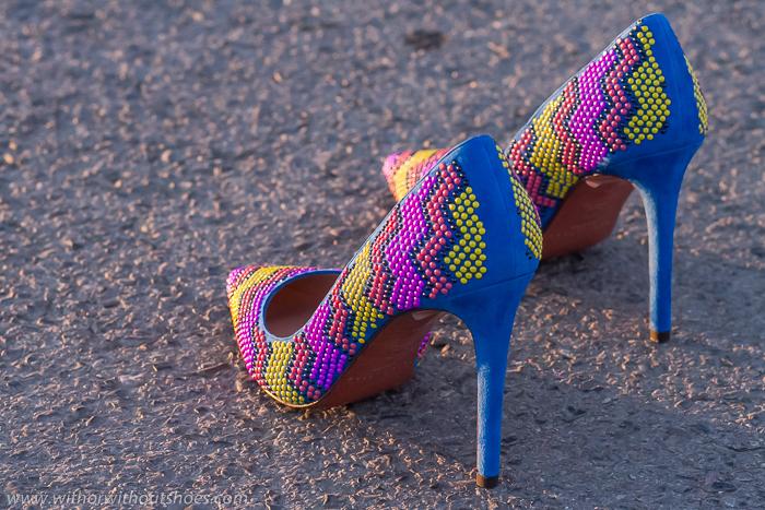 Adicta a los Zapatos Pura López color azul klein y aplicaciones de colores modelo Hazel calidad Made in Spain