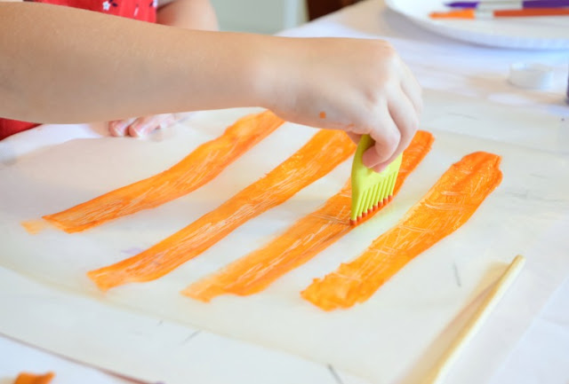 Wax Paper Printmaking- Painting Process Art For Kids. Explore a simple form of printmaking using materials you have on hand. Fun and easy painting activity for preschoolers, kindergarteners, or elementary kids.
