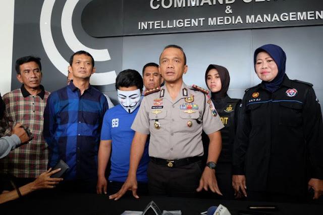 JN (tengah) tersangka pelaku pelecehan seksual kepada pasien National Hospital Surabaya