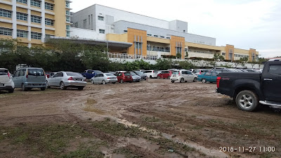 gambar padang meletak kereta yang becak di antara Hospital Putrajaya dan Institut Kanser Negara