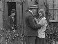 "Кадр из фильма Чарли Чаплина ""Бродяга"" / The Tramp (1915) - 27"