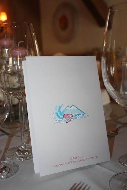 Menükarten zur Hochzeit von der Kartenmacherei mit  Hochzeitslogo und Pfingstrosenmotiv - Hochzeit im Seehaus am Riessersee, Hochzeitshotel Garmisch. #wedding venue #Hochzeitshotel #Garmisch #Bavaria #Bayern