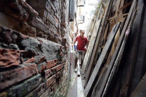 Unnamed alleys of Hanoi make curious tourists
