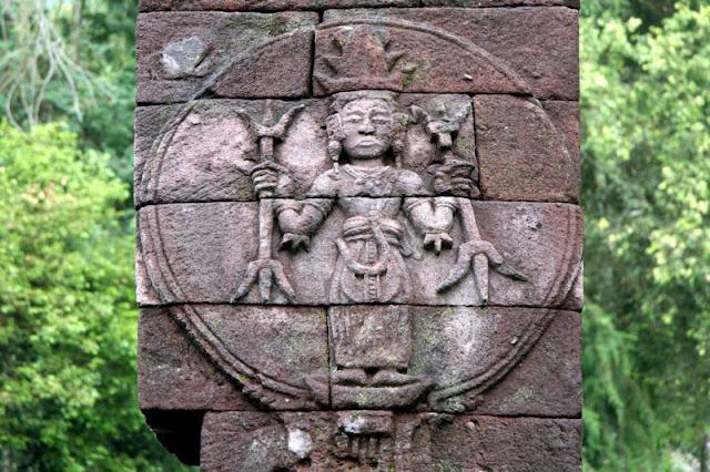 В руках Сумеры шумеры и Люди держат трезубчатый предмет мы его называем Похититель Душ Для чего он служил, как он работал подробно рассказываю в фильме на русском языке Моя расшифровка рукописи Войнич В центральной части острова Ява в Индонезии, на склонах горы Лаву, примерно в 40 км к востоку от города Соло, находится храмовый комплекс Канди(чанди) Сукух. Особенностью этого комплекса является тот факт, что в его центральной части возвышается ступенчатая пирамида. Эта подлинная ступенчатая пирамида, как считают ученые, была построена в 1437 г. н.э. Согласно ее описанию, она считается «древней эротической пирамидой острова Ява», а сам храм- храмом любви. Храмовый комплекс украшен каменной резьбой ваянг индусского происхождения. Считается, что слово «канди», происходит от слова «Чандика» — одного из названий богини смерти Дурги, сотворившей смерть красной расе гигантам Ассиям. Красная раса подверглась наибольшему изменению: изначально ее представители имели смуглую кожу, стального цвета глаза и золотистые с бронзовым отливом волосы. Птицеголовые сумервы. Голова от туловища была вырвана с брошена у входа в пирамиду храм. Сумерв изначально творили из Гигантов людей Асов и Асий. Первоначальные сумервы творились с головой человека Гиганта, хозяина планеты очевидно такие сумервы рано или поздно становились на защиту людей от инопланетного зла. Как и этот гигант, восставший против Сумерв не захотевший измучивать свой род дальше, был обращён в камень и оставлен лежать головой у ног маленьких людей, как показатель унижения перед теми, кого защитить посмел. Как делались Сумервы из кого и чего они творились куда делись более сильные Гиганты , об этом и многом другом рассказываю в фильме на русском языке Моя расшифровка рукописи Войнич Храмовый комплекс Канди Сукух - индуистский храм на острове Ява, в Индонезии, построенный в виде ступенчатой пирамиды. Храм расположен на западном склоне горы Лаву на высоте 900 метров. Храмовый комплекс Канди Сукух относится к пятнадцатому веку, 