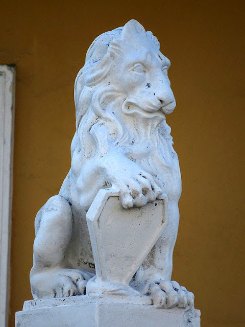 Lion on a gate pillar, Viale Petrarca, Livorno