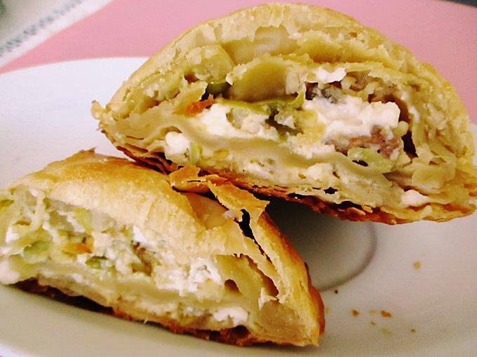 Πίτα σφολιάτας με λευκή μελιτζάνα Σαντορίνης και χωριάτικο λουκάνικο