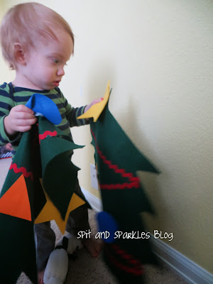 Holiday themed activities for older babies and young toddlers #totschool #homeschooling #kidscrafts #DIY